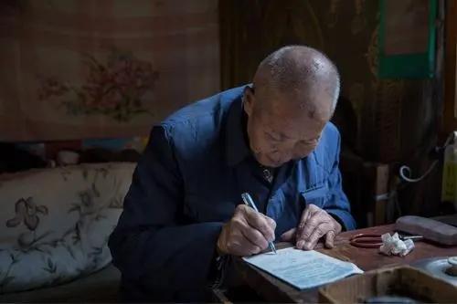 湖南80岁老人用3个月修完了10万族人的《王氏族谱》,感慨:族谱数字化势在必行